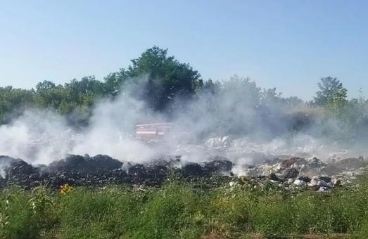 На Харківщині вже 15 годин ніяк не загасять смітник