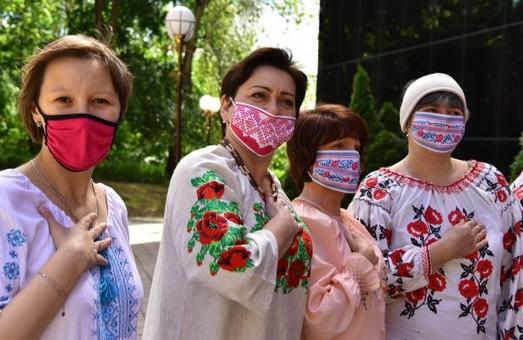 Харків'яни збираються на вигул вишиванок