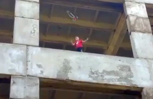На Харківщині підлітки знайшли нову небезпечну забаву (ВІДЕО)