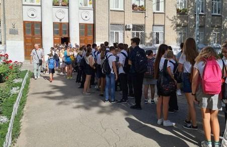 «Жага знань»: у Харкові діти стоять у довжелезних чергах на вході до шкіл