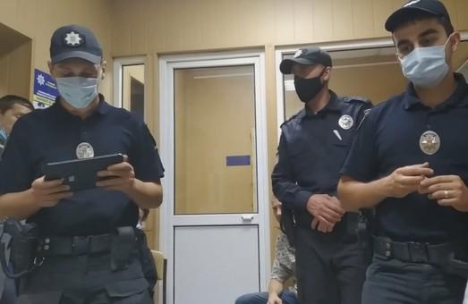 Скандал у Харкові: щоб подати заяву в поліцію, мешканцям довелося викликати патруль (ВІДЕО)