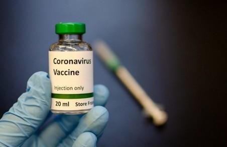 В Україні від COVID-19 в першу чергу щеплять медиків, освітян і людей із групи ризику