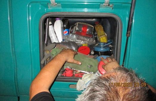 На кордоні з Росією слобожанські митники виявили дві вантажні фури з контрабандними запчастинами та пестицидами (ФОТО)