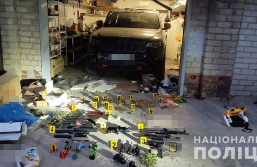 У гаражі чоловіка, який вчинив самогубство, знайшли арсенал зброї  - поліція