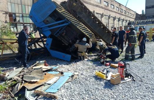 У Харкові рятувальники надали допомогу постраждалому крановику (ФОТО)