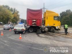 У Харкові вантажівка зіткнулась з двома легковиками та врізалася у світлофор: є постраждалі (ФОТО)