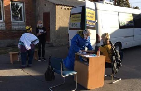 Кандидат у мери під Харковом організував електорату тести на коронавірус під зеленими гаслами – «Опора»