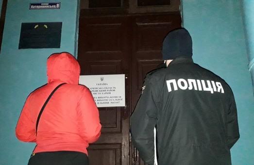 На Харківщині спостерігачку ОПОРИ, яка зафіксувала заповнення протоколу олівцем, видалили з дільниці та заблокували у приміщенні