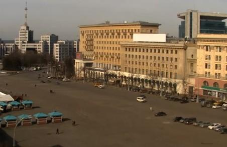 На площі Свободи монтують новорічну ялинку: рух обмежено