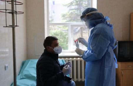 В Україні учора знову виявили майже 10 тисяч нових випадків COVID-19.