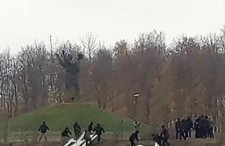 Нацкорпус демонтував напис біля пам'ятника жертвам Голодомору в Харкові (ВІДЕО)