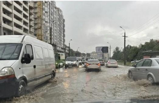 Харків накрила негода: затопило дороги і вулиці