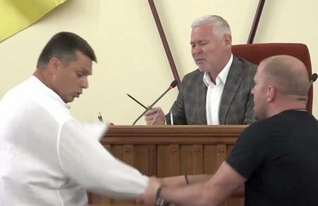На сесії Харківської міськради Терехов ледь не побився зі скандальним депутатом (ВІДЕО)