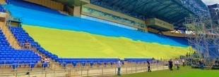 """На харківському """"Металісті"""" на Трійцю розгорнули найбільший у світі прапор України"""